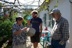 Cédric Georges nous a permis de rencontrer un couple de Grecs qui ont pu fabriquer des ustensiles de cuisine grâce à l'aluminium de l'avion © Octopus Foundation