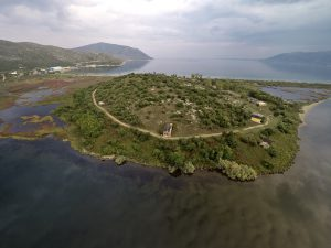 La colline d'Oricum. Les descriptions topographiques faites par Jules César il y a plus de 2000 ans sont conformes avec la réalité d'aujourd'hui © Fondation Octopus