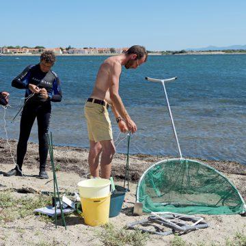 L'équipe de la Fondation Octopus apporte son concours technique jusque dans les petits bricolages (ici, la préparation de la lignre de 10 m servant à délimiter les transects). © Octopus Foundation