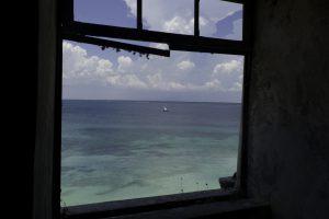 Face au fort São Sebastião, construit à partir du 16e siècle, la baie d'un bleu d'azur est parsemée d'épaves de navires anciens © Octopus Foundation