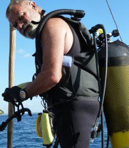 Dr Ricardo Duarte s'apprête à plonger sur une épave au large de l'île de Mozambique