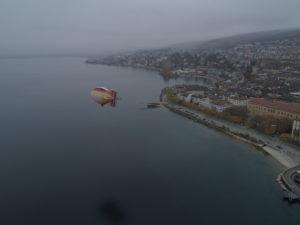 A l'aide d'un zeppelin à air chaud, les archéologues survolent le lac à la recherche d'épaves dans le lac de Neuchâtel © Octopus Foundation