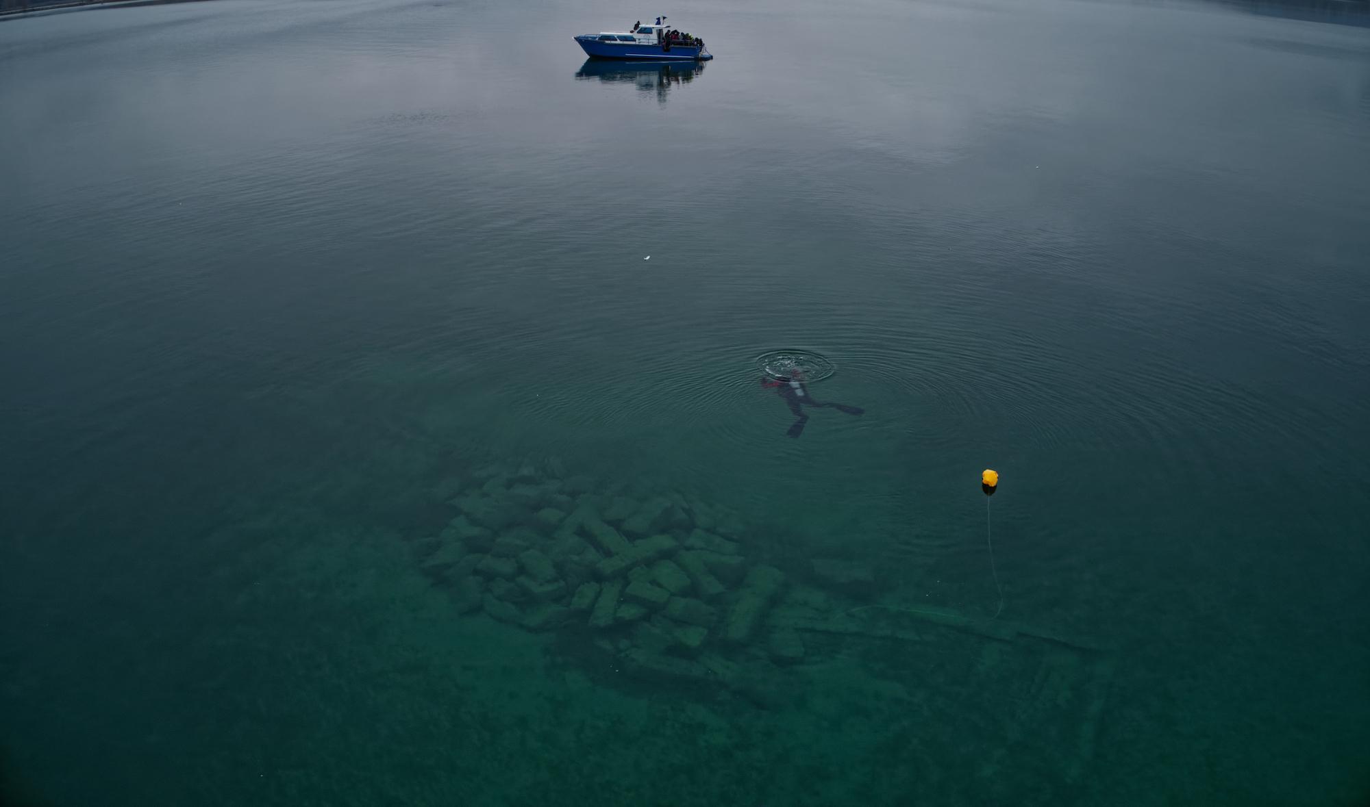 """Quand une """"anomalie"""" est constituée de plusieurs dizaines de gros blocs de pierre, elle devient particulièrement visible depuis le ciel © Octopus Foundation"""