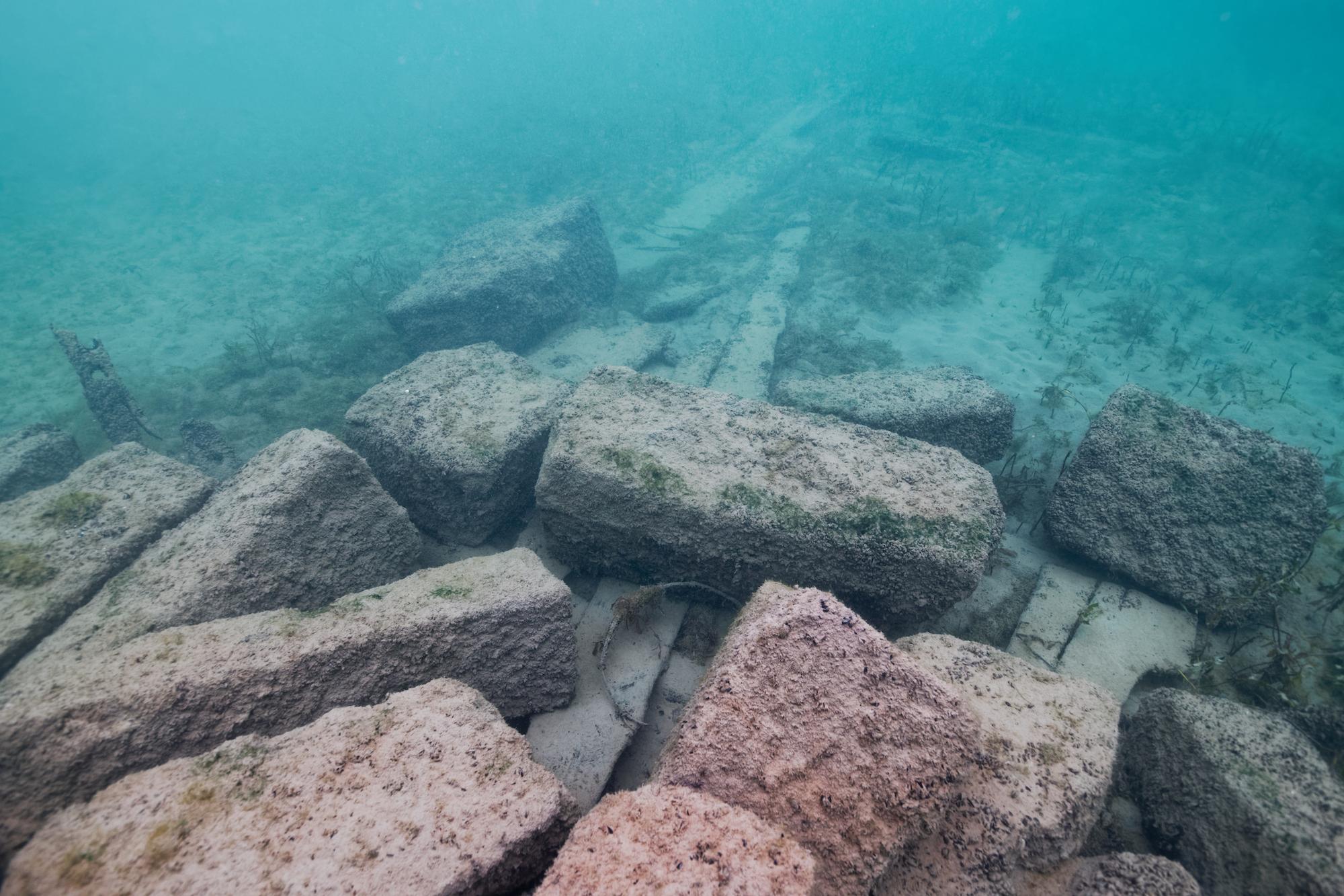 Les blocs de calcaire étaient taillés dans le jura, puis acheminés jusqu'au port pour être chargés sur les challands © Octopus Foundation