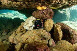 Le caisson sous-marin a été calé par des pierres pour éviter qu'il ne se fasse balader par la houle © Fondation Octopus