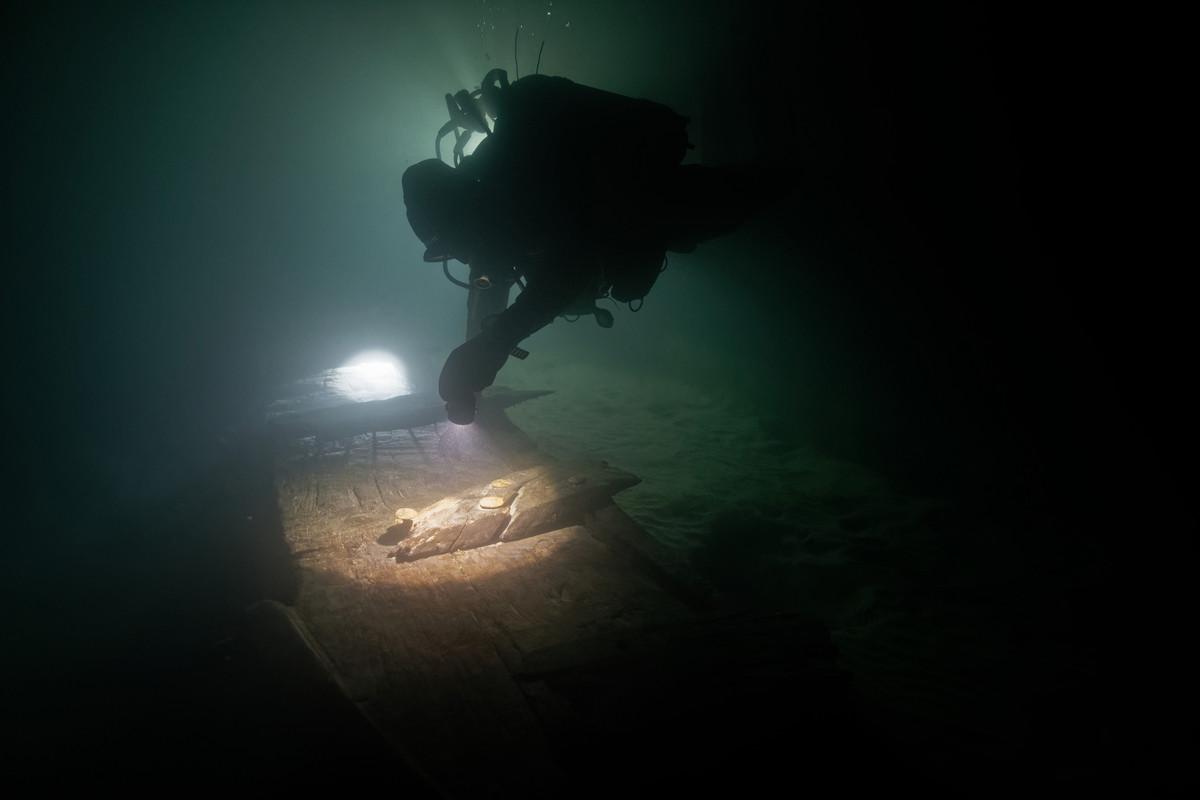 Plongée nocturne sur un chaland gallo-romain datant du 2eme siècle © Octopus Foundation