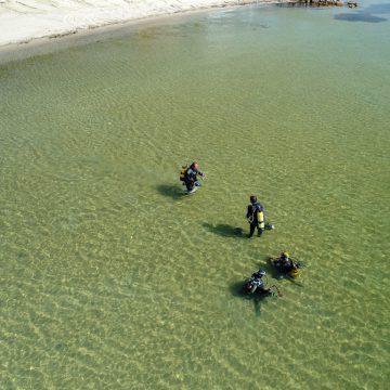 Photographiés par un drone de la Fondation Octopus, les plongeurs de l'association Peau-Bleue se préparent à une plongée de recensement des Syngnathidés dans la lagune de Thau. © Octopus Foundation